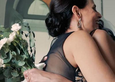 Mãe e filha se abraçando no dia do casamento