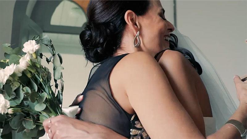 mãe e filha se abraçando no dia do casamento dela