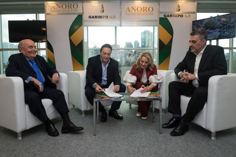 Dirceu (ANORO) e Roseli (IBGM) ladeados por Humberto Paiva, coordenador do Projeto Garimpo 4.0 e Mario Rodrigues, coordenador comercial da Reserva Metais